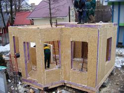 Монтаж стеновых СИП (SIP) панелей начинают от угла.  Скрепляют СИП (SIP) панели при помощи антисептированных досок...