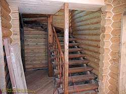 Дом из оцилиндрованного бревна с цокольным этажом. .  О! .  Я знаю что это такое шкурить брёвна. лестницы в доме на...