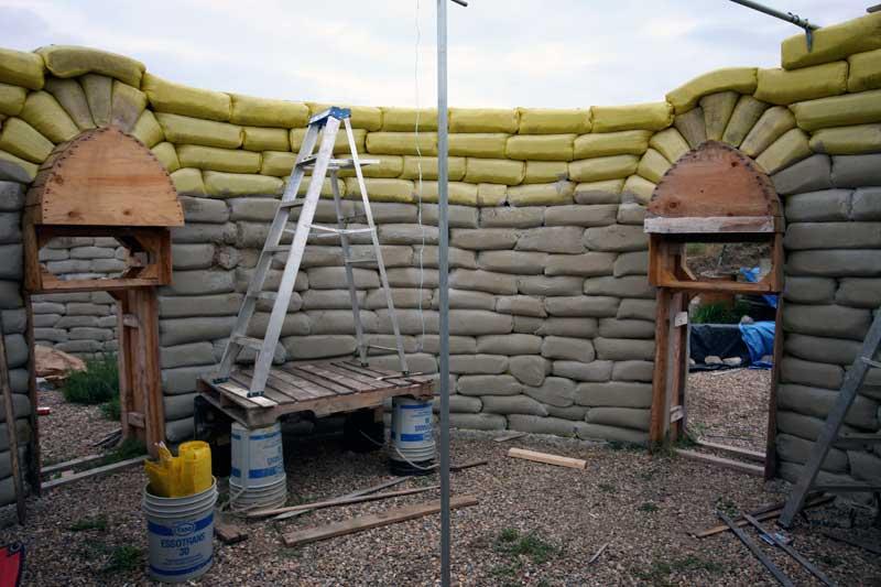 Землебитные дома из мешков строим в россии своими руками