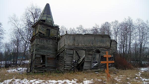 заборшенная деревянная церковь