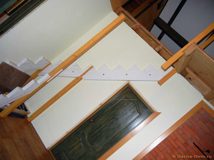 Как крепить деревянную лестницу на второй этаж своими руками 35
