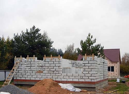 Отдельно описан наш опыт строительства свайно-ростверкового фундамента своими руками для дома из газобетона