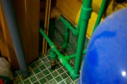 Выход для трубы холодной воды на улицу и кран для слива линии горячей воды.  Подогреваемый кабель, выпуск для воздуха...