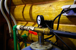 Ввод воды в дом от колодца, подогреваемый кабель, выпуск для воздуха, дистанционный выключатель насоса...