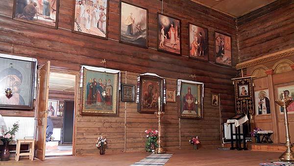 внутри деревянной церкви