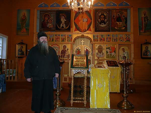 монах в церкви